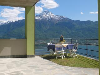 Casetta con stupenda vista lago, zona tranquilla! - Trezzone vacation rentals