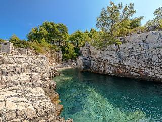 4 bedroom Villa in Drvenik Veliki, Central Dalmatia Islands, Croatia : ref 2215504 - Drvenik Mali vacation rentals