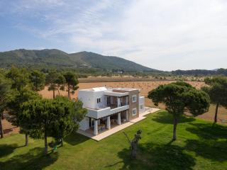 Newly built 5 bedroom (4 bathroom) country villa - San Lorenzo vacation rentals