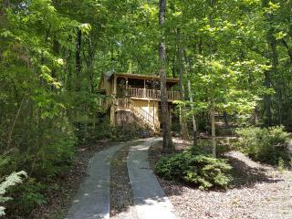 Jeffrey's Hideaway Treehouse Romantic Helen Cabin! - Helen vacation rentals
