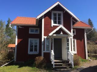 Charmigt hus med soldränkt tomt vid skog och sjöar - Linghed vacation rentals