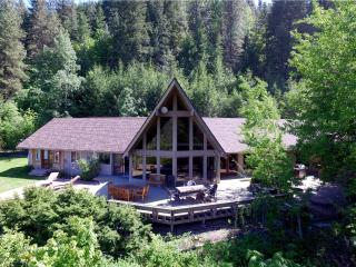 'Aspen Lodge' Spacious 5BR Leavenworth House w/Wifi, Private Hot Tub & Phenomenal Mountain Views – Walk to the City Center! Easy Access to Endless Outdoor Activities! - Leavenworth vacation rentals