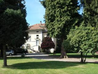 Villa d'epoca con parco: apartment Lago di Monate - Cadrezzate vacation rentals