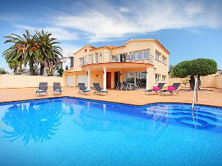 5 bedroom Villa in Empuriabrava, Costa Brava, Spain : ref 2097010 - Empuriabrava vacation rentals
