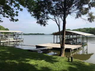 Golden Getaway Lakefront w/ dock, Nashville, TN - Nashville vacation rentals