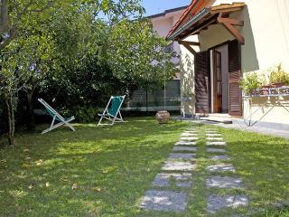 2 bedroom Villa in Forte Dei Marmi, Tuscany, Italy : ref 2269999 - Forte Dei Marmi vacation rentals
