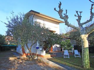 3 bedroom Villa in Forte Dei Marmi, Tuscany, Italy : ref 2270005 - Forte Dei Marmi vacation rentals