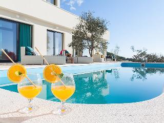 4 bedroom Villa in Makarska, Central Dalmatia, Croatia : ref 2286461 - Bratus vacation rentals