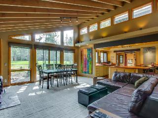 Beautiful home w/ golf course view, hot tub, SHARC passes! - Sunriver vacation rentals