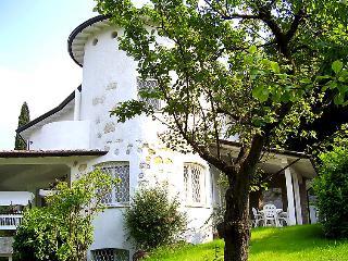 5 bedroom Villa in San Felice del Benaco, Lake Garda, Italy : ref 2295234 - San Felice del Benaco vacation rentals