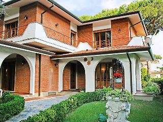 5 bedroom Villa in Forte dei Marmi, Versilia, Lunigiana and sourroundings, Italy : ref 2300044 - Forte Dei Marmi vacation rentals