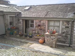 COURTYARD COTTAGE, WiFi, lawned garden, fantastic walking base, Kendal, Ref 26835 - Kendal vacation rentals