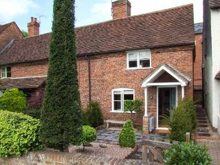 6 BURLTONS TERRACE, end-terrace, woodburning stove, parking, garden, in Bewdley, Ref 925255 - Bewdley vacation rentals