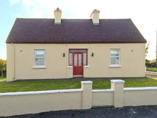 THE COTTAGE, all ground floor, ample parking, garden to front and rear, in Ballaghaderreen, Ref 934168 - Ballaghaderreen vacation rentals