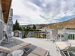 Waterfront home with a pool, tennis courts, and a large lawn - dog-friendly! - Orondo vacation rentals