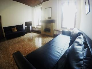 "Casa Bella Old City-WIFI, 62 mq, TV Led 32""Centre - Bologna vacation rentals"