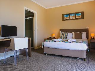 Cozy 3 bedroom Port Lincoln Apartment with A/C - Port Lincoln vacation rentals