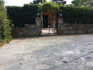Villa con giardino e veranda vista mare - Diano Arentino vacation rentals