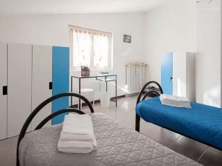 Tolasudolsa R&B-Camera Doppia Blu, bagno comune - Compiano vacation rentals