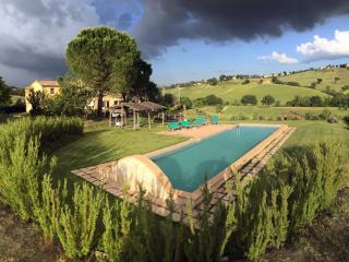Dimora in campagna con piscina - Loro Piceno vacation rentals
