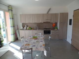 Appartamento con giardino e parcheggio privato - Borghetto Santo Spirito vacation rentals