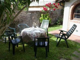 Mary2 caratteristica casa toscana con giardino - Massarosa vacation rentals