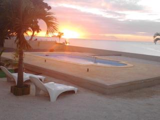 Villa 33, Bord de mer, piscine Free WiFi - Baie du Tombeau vacation rentals