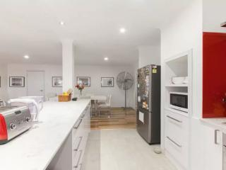 Perfect for the group traveller - Booragoon vacation rentals