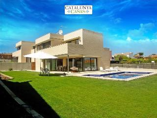 Spectacular 4-bedroom modern villa in Riudellots, just 10km from Girona Airport - Riudellots de la Selva vacation rentals