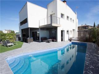 Avant-garde villa in Vilafranca for 9 guests,  just 30 minutes from Barcelona - Vilafranca del Penedes vacation rentals