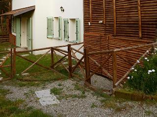 CASA DI CINTI: Monolocale con giardino, Anconella - Loiano vacation rentals