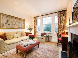 Lovely traditional English flat located in Battersea - London vacation rentals
