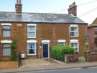DUCK COTTAGE, terraced cottage, garden, close to village centre, in Snettisham, Ref 934159 - Snettisham vacation rentals