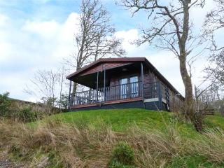 IVERARY CHALET, detached, decking with furniture, on the shores of Loch Awe, Dalmally, Ref 936441 - Dalmally vacation rentals