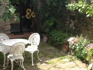 Apartment  set in the ramparts of the old village - Vinca vacation rentals