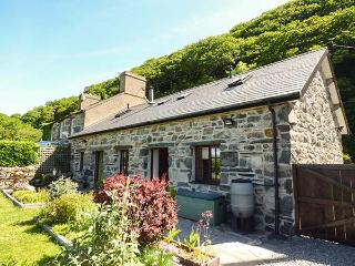 YSGUBOR PENMAEN, games room, woodburning stove, lawned gardens, Harlech, Ref - Harlech vacation rentals