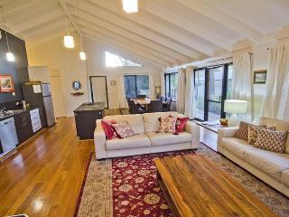 Cozy 3 bedroom Margaret River House with Deck - Margaret River vacation rentals