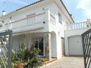 Cozy 3 bedroom House in L'Escala with Washing Machine - L'Escala vacation rentals