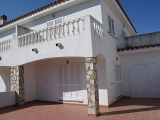 Bright 3 bedroom House in L'Escala with Shared Outdoor Pool - L'Escala vacation rentals