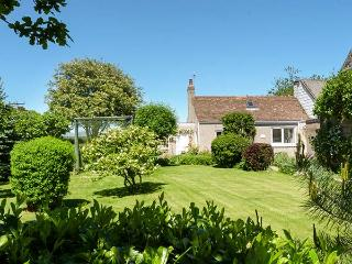 ROSE COTTAGE, semi-detached, single-storey, woodburner, shared garden, in Edzell, Ref 932833 - Edzell vacation rentals