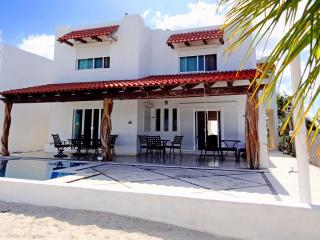 Bright 4 bedroom House in Chicxulub with A/C - Chicxulub vacation rentals