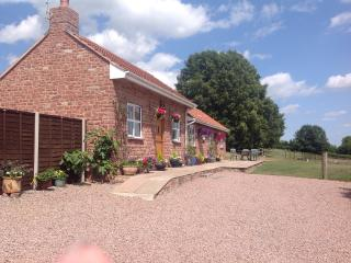 Honeysuckle Cottage, Two ensuites, warm dog shower - Westbury on Severn vacation rentals
