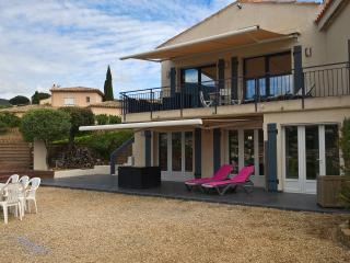 Grand rez-de-jardin dans villa, vue mer+montagne - Cavalaire-Sur-Mer vacation rentals