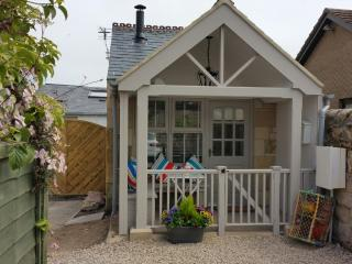 Button Cottage-  A Luxury Seaside Bijoux Hideaway Log Stove / Pet Friendly /WIFI - Beadnell vacation rentals