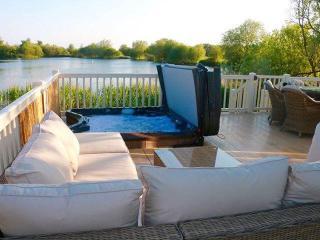 'La Perla del Sur' Lakeside Lodge with Hot-Tub - Tattershall vacation rentals