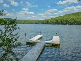 Charismatic 3 Bedroom Lakefront Chalet with hot tub & just minutes from Wisp! - McHenry vacation rentals