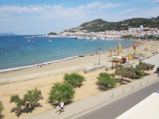 1366 Penthouse beachfront in Port de la Selva. - World vacation rentals