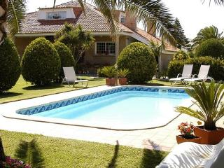 Luxurious seafront duplex with swimming pool in seafood paradise - O Grove vacation rentals