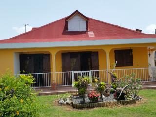 Chambre d'hôte  dans villa avec piscine - Petit-Bourg vacation rentals