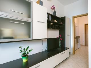 5 people, 3min to beach, AC, free parking - Trogir vacation rentals